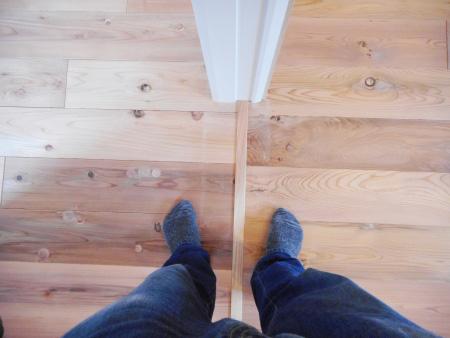 右足が【200年杉】、左足が【百年杉】。靴下をはいていても「しっとり感」の違いがわかります