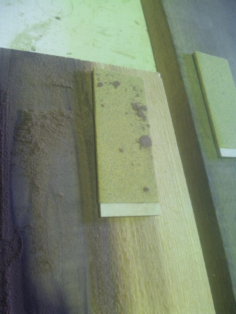 (「百年杉」の紙やすりに付着した精油分豊富な為に付託した「百年杉」の粉)
