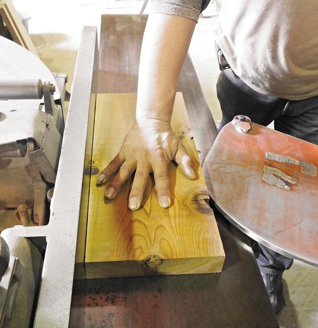 「手押し」とは、削りながら直角を作るための機械です