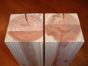 [樹齢30年弱(左)と60年前後(右)の柱の違い] 強度…香り…形状変化…まったく違います。年輪が密で強度も香りもある樹齢による大きな差異