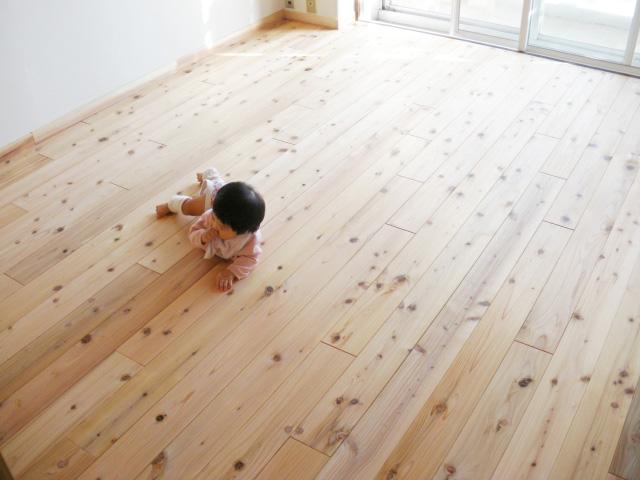 """この赤ちゃんは節を""""つかもう""""と、何度もチャレンジしています。このように、心地良い環境の中でハイハイすることによってじっくりと知恵を身につけていきます"""