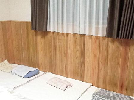 ご家族の枕元に【百年杉】の最高品質の【肌目】を セルフビルド施工した例