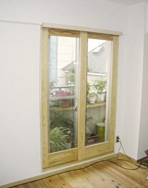 科学的にも熱伝導率が低いので樹脂製内窓よりも効果が高い【百年杉】の内窓とビニルクロスを使わない壁