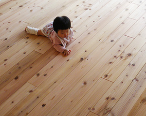 赤ちゃんに触ってほしくなる百年杉の床